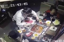 打火机掉火锅爆炸视频曝光!海底捞顾客打火机掉锅中服务员被烫伤
