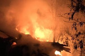 熊熊火光!大量木材在高速路上自燃,全烧成炭了!事发广昆高速~