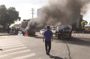 面包车当街自燃 危急时刻城管队员调来洒水车