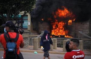 洪都拉斯首都爆发抗议活动 示威者火烧美国大使馆