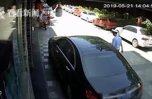 """""""奔驰男""""违停被处罚不服气 竟提刀朝民警冲去"""
