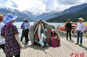 新疆迎来旅游旺季 天池景区游客众多