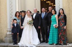 刘家良遗孀翁静晶与赌王堂侄何猷彪再婚