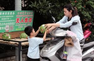 """卖瓜难""""逼""""出了新模式 郑州32个无人摊位已卖8万多斤瓜"""