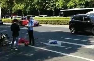 悲剧!银河湾第一城旁发生事故,一骑电动车女子被卡车碾压,当场死亡