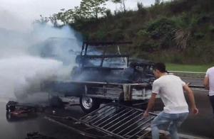 小货车快车道上自燃 路人自发上前帮忙灭火