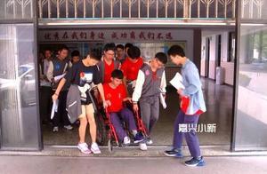 学生中考前不慎扭伤右脚 嘉兴这位老师贴心背进考场