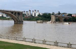 凌晨桥塌两车落水,失联者住院的母亲还在打他电话