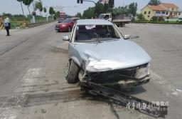 惊险!大货车闯红灯酿事故,被撞轿车……