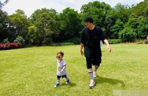 昆凌发布两岁儿子庆生照,称他是小超人,周杰伦父子奔跑比赛推球