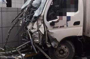 惨烈!货车撞上护栏,车头被插穿!司机当场身亡……