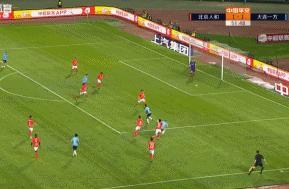 争议!一方进球时人和门前现两球,裁判并未表示