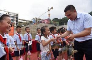 祝愿学生鱼跃龙门 广西柳州三江一所小学奖励考试获奖学生活鲤鱼