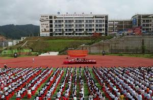 中国侗乡一小学期末考试奖励活鲤鱼鼓励学生努力学习