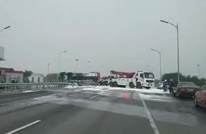 突发!北京北五环来广营桥区一辆油罐车翻车 现场无伤亡