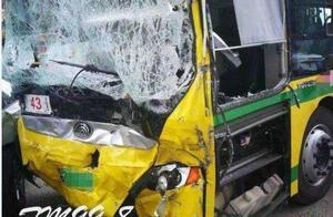 哈尔滨公交车失控乱撞 车上无乘客疑因刹车失灵
