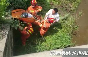 男子骑摩托车不慎冲进河中受伤严重 消防出动成功营救