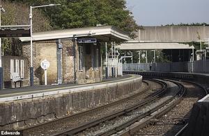14岁英国少年不堪校园欺凌,在50名同学惊恐注视下卧轨自杀