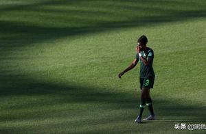 女足世界杯8届全勤队出局!球员拼到抽筋被抬下,遭争议点球判罚