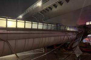 """现场视频曝光:杭州人行天桥被货车撞塌 小轿车""""死里逃生"""""""