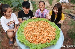 越南58岁农村大妈直播吃东西成网红,现收入不菲,粉丝争着见面