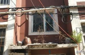 珲春市联合整治老旧小区居民楼电线拉挂乱象,楼面整洁啦!