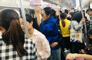 60岁倪萍长沙挤地铁,打扮低调,助理全程扶腰没有座位,还被讥讽