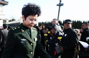 著名歌唱家芦秀梅因病去世,众人前来悼念,蔡国庆董文华军装出席