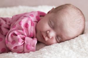 妈妈在分娩时去世,心脏捐献给黑衬衫男子,宝宝认出来妈妈的心跳