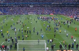 场面混乱!西班牙人球迷冲进场疯狂庆祝,武磊为这支球队带来好运
