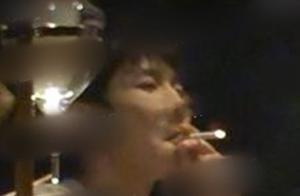 """王源真的长大了,在日料店聚餐""""吞云吐雾"""",烟不离手十分惬意"""