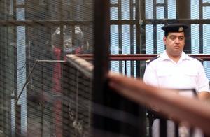 埃及前总统在法庭上被告席内晕倒去世,全国进入国家最高紧急状态
