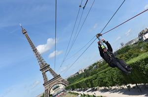 埃菲尔铁塔滑索向游客开放,时速接近100公里