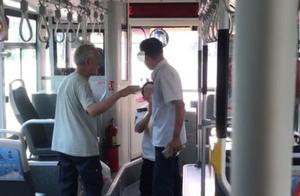 济南一公交司机向乘客下跪道歉,公交公司回应:驾驶员的行为不当