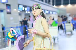 杨丽萍机场造型A爆!踩恨天高超长美甲挽竹筐太时尚