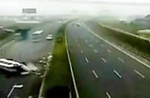 史上最惨烈的车祸,含泪看完了整个视频!