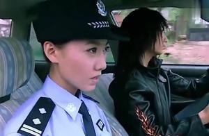 美女警察打车追逃犯,没想女司机就是逃犯,看看女警察如何应付