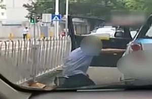 【广东】的哥当街给醉酒乘客下跪 拍摄者:疑到达目的地不肯下车