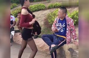 公园里美女对着小伙跳舞,没想小伙不为所动,太逗了