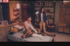 男子裸睡起床穿衣服,完全不顾边上的美女,直接掀开被子耍流氓