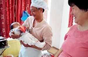 两个月宝宝竟然会伸手接物和认人了,爷爷奶奶高兴作诗把娃赞!