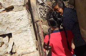 6岁小丫头去农村77岁曾祖母家看羊妈妈和羊宝宝