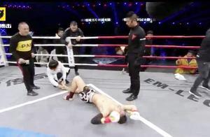 比赛无果!中国小将遭遇乌克兰拳手跪摔按压不慎扭脚,只能结束!