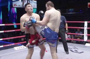 超重量级拳王弯腰挑衅飞踢嘴,胖子拳王重拳对拼惨被一膝撞懵圈
