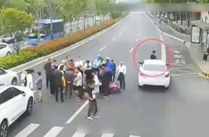 监控实拍:男子特意赶去围观车祸现场 结果自己被撞肋骨损伤