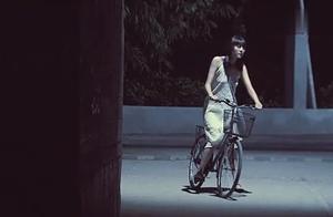 姑娘深夜路过巷子时,惨遭歹徒强暴,从此姑娘性情大变