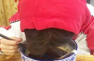 有一种羡慕叫鞠婧祎干吃不胖,看到她喝汤的时候,活脱一只小猫咪
