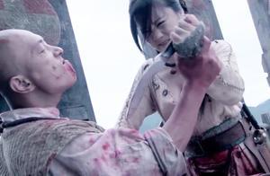 女战士被土匪砍断长刀,不料女战士还藏有两把匕首!