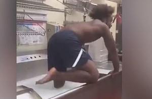 美国知名快餐店后厨乱象!员工在水槽洗泡泡浴,同事边笑边拍视频