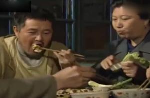 不管桌上啥菜,赵本山吃起来那叫一个香,看馋了